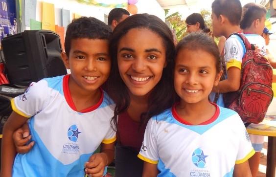 Carolina De La Rosa Mateo with two of the children from Fundación Colombia Somos Todos.